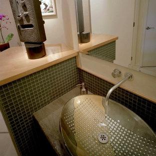 Ispirazione per un bagno di servizio minimal di medie dimensioni con ante lisce, ante beige, piastrelle beige, piastrelle di marmo, pareti beige, pavimento in marmo, lavabo a bacinella, top in granito, pavimento beige e top verde