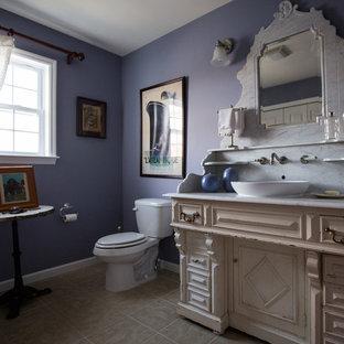 Идея дизайна: туалет среднего размера в стиле фьюжн с настольной раковиной, фасадами с выступающей филенкой, белыми фасадами, мраморной столешницей, раздельным унитазом, бежевой плиткой и керамической плиткой