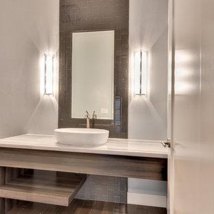 Стильный дизайн: туалет среднего размера в современном стиле с открытыми фасадами, светлыми деревянными фасадами, коричневой плиткой, стеклянной плиткой, бежевыми стенами, темным паркетным полом, настольной раковиной, столешницей из кварцита, коричневым полом и белой столешницей - последний тренд