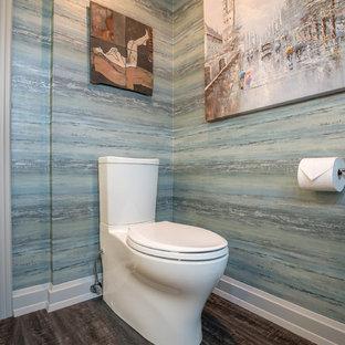 Diseño de aseo asiático, pequeño, con sanitario de dos piezas, paredes azules, suelo vinílico, lavabo sobreencimera y encimera de cuarzo compacto