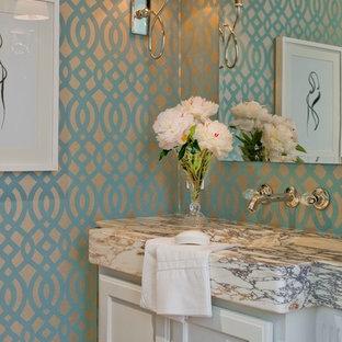 Foto di un bagno di servizio classico con ante bianche, top in marmo, pareti multicolore e top grigio