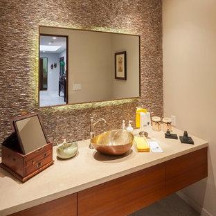 Foto di un bagno di servizio stile rurale con ante lisce, ante in legno scuro e top in pietra calcarea