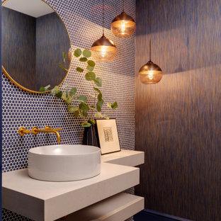 Imagen de aseo papel pintado, contemporáneo, papel pintado, con baldosas y/o azulejos azules, baldosas y/o azulejos en mosaico, paredes marrones, suelo con mosaicos de baldosas, lavabo sobreencimera, suelo azul, encimeras blancas y papel pintado