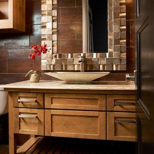 Réalisation d'un WC et toilettes tradition de taille moyenne avec des portes de placard en bois brun, un carrelage marron, un mur marron, une vasque, un plan de toilette en marbre, un sol beige, un placard en trompe-l'oeil et un plan de toilette beige.