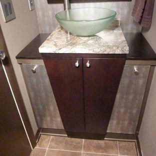 Идея дизайна: маленький туалет в современном стиле с плоскими фасадами, коричневыми фасадами, раздельным унитазом, коричневыми стенами, полом из винила, настольной раковиной, столешницей из гранита и коричневым полом
