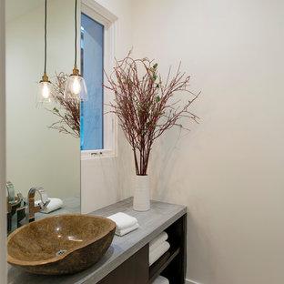 На фото: большой туалет в современном стиле с плоскими фасадами, темными деревянными фасадами, белой плиткой, белыми стенами, полом из цементной плитки, настольной раковиной, столешницей из бетона, разноцветным полом и серой столешницей с