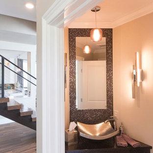 Стильный дизайн: маленький туалет в стиле неоклассика (современная классика) с черной плиткой, серой плиткой, разноцветной плиткой, металлической плиткой, черными стенами, паркетным полом среднего тона, настольной раковиной, столешницей из искусственного кварца и коричневым полом - последний тренд