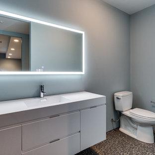 Неиссякаемый источник вдохновения для домашнего уюта: туалет в современном стиле с плоскими фасадами, белыми фасадами, раздельным унитазом, синими стенами, полом из галечной плитки, столешницей из искусственного кварца, серым полом, белой столешницей и монолитной раковиной