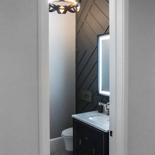 Imagen de aseo panelado, contemporáneo, pequeño, panelado, con armarios con paneles lisos, puertas de armario azules, sanitario de pared, paredes negras, suelo de mármol, lavabo bajoencimera, encimera de cuarzo compacto, suelo multicolor, encimeras blancas y panelado