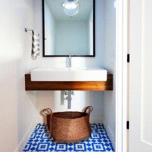 Неиссякаемый источник вдохновения для домашнего уюта: маленький туалет в современном стиле с белыми стенами, монолитной раковиной, открытыми фасадами, фасадами цвета дерева среднего тона, полом из керамической плитки, столешницей из дерева, разноцветным полом и коричневой столешницей