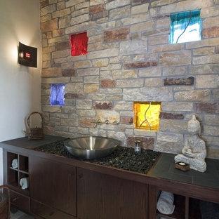 Ispirazione per un ampio bagno di servizio contemporaneo con ante in legno bruno, pareti beige, lavabo a bacinella, parquet chiaro e ante lisce