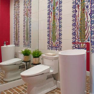 Пример оригинального дизайна: туалет в современном стиле с разноцветной плиткой, кирпичным полом, раковиной с пьедесталом и коричневым полом