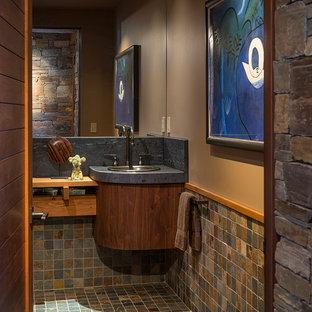 シアトルのコンテンポラリースタイルのおしゃれなトイレ・洗面所 (スレートタイル、グレーの洗面カウンター) の写真
