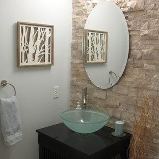 Inspiration pour un WC et toilettes design avec des portes de placard en bois sombre, un plan de toilette en granite, un carrelage beige et du carrelage en travertin.