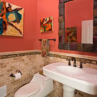 Inspiration pour un WC et toilettes bohème avec un lavabo de ferme, un WC à poser, un carrelage beige, des carreaux de céramique et un mur rose.