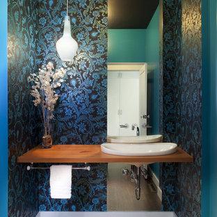 サンフランシスコの中くらいのコンテンポラリースタイルのおしゃれなトイレ・洗面所 (ベッセル式洗面器、木製洗面台、青い壁、無垢フローリング、ブラウンの洗面カウンター、茶色い床、壁紙) の写真