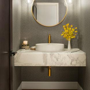 Идея дизайна: туалет в стиле современная классика с серыми стенами, паркетным полом среднего тона, настольной раковиной и коричневым полом