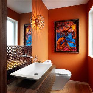 トロントのコンテンポラリースタイルのおしゃれなトイレ・洗面所 (オレンジの壁、ベッセル式洗面器) の写真