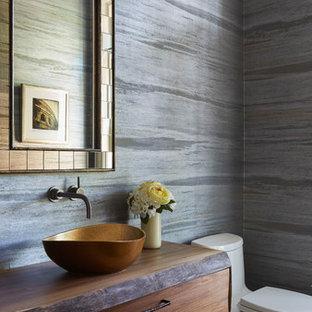Klassische Gästetoilette mit hellbraunen Holzschränken, grauer Wandfarbe, Aufsatzwaschbecken, braunem Boden und flächenbündigen Schrankfronten in Chicago