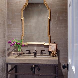 Mittelgroße Moderne Gästetoilette mit integriertem Waschbecken, braunen Schränken, beigefarbenen Fliesen, Porzellanfliesen, beiger Wandfarbe, Quarzwerkstein-Waschtisch und grauer Waschtischplatte in Chicago