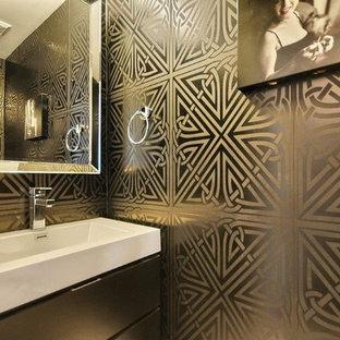 Foto di un piccolo bagno di servizio contemporaneo con ante lisce, ante nere, WC a due pezzi, piastrelle nere, pareti nere, pavimento in gres porcellanato, lavabo sospeso, top in quarzo composito e pavimento grigio