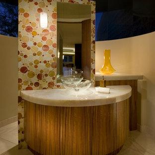 Пример оригинального дизайна: маленький туалет в современном стиле с настольной раковиной, плоскими фасадами, фасадами цвета дерева среднего тона, столешницей из оникса, унитазом-моноблоком, оранжевой плиткой, стеклянной плиткой, белыми стенами и полом из известняка