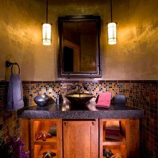 Ispirazione per un bagno di servizio classico di medie dimensioni con piastrelle a mosaico, lavabo a bacinella, ante con riquadro incassato, ante in legno scuro, piastrelle multicolore, pareti beige, pavimento in travertino e pavimento multicolore