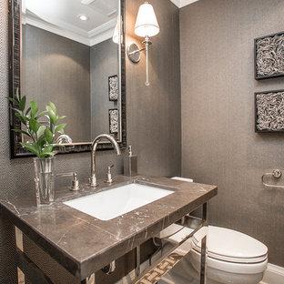 Exemple d'un WC et toilettes tendance de taille moyenne avec un mur gris, un plan de toilette en marbre et un plan de toilette noir.