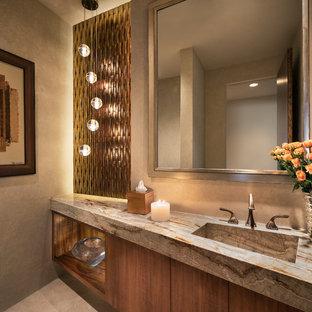 Неиссякаемый источник вдохновения для домашнего уюта: туалет среднего размера в современном стиле с плоскими фасадами, фасадами цвета дерева среднего тона, стеклянной плиткой, бежевыми стенами, полом из травертина, монолитной раковиной, столешницей из гранита и бежевой плиткой