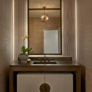 Неиссякаемый источник вдохновения для домашнего уюта: туалет в современном стиле с бежевыми стенами, паркетным полом среднего тона, монолитной раковиной, коричневым полом и серой столешницей