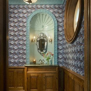 Mediterrane Gästetoilette mit verzierten Schränken, hellbraunen Holzschränken, braunem Holzboden und Onyx-Waschbecken/Waschtisch in Chicago