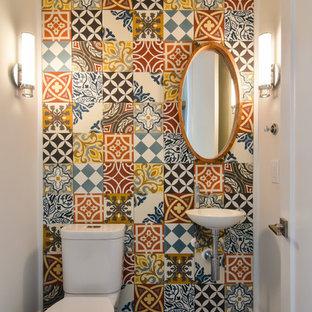 Пример оригинального дизайна: маленький туалет в стиле фьюжн с раздельным унитазом, разноцветной плиткой, цементной плиткой, разноцветными стенами, бетонным полом, подвесной раковиной и коричневым полом
