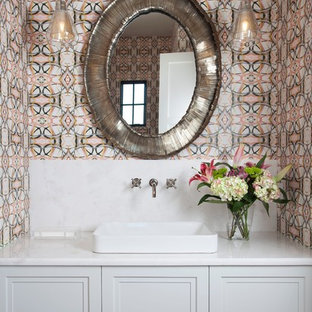 Foto di un bagno di servizio classico di medie dimensioni con ante con riquadro incassato, piastrelle bianche, lastra di pietra, pareti multicolore, lavabo a bacinella, top in quarzo composito, top bianco, ante grigie e pavimento beige