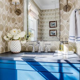 Diseño de aseo clásico renovado, pequeño, con armarios con paneles empotrados, puertas de armario azules, sanitario de una pieza, paredes beige, suelo de madera en tonos medios, lavabo tipo consola, encimera de esteatita y suelo marrón