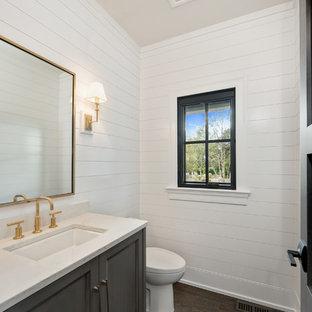 Immagine di un bagno di servizio tradizionale di medie dimensioni con ante con riquadro incassato, ante grigie, pareti bianche, parquet scuro, lavabo sottopiano, top in onice, pavimento marrone e top bianco