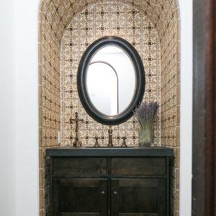 На фото: туалеты в средиземноморском стиле с фасадами с утопленной филенкой и темными деревянными фасадами
