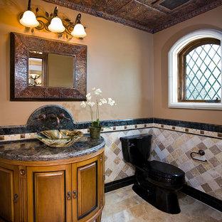 Inspiration pour un WC et toilettes méditerranéen de taille moyenne avec du carrelage en travertin, un placard en trompe-l'oeil, des portes de placard en bois brun, un WC séparé, un mur marron, une vasque et un plan de toilette en granite.