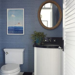 Kleine Maritime Gästetoilette mit Unterbauwaschbecken, weißen Schränken, Quarzwerkstein-Waschtisch, blauer Wandfarbe, Marmorboden, Wandtoilette mit Spülkasten und schwarz-weißen Fliesen in San Diego