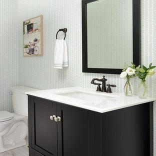 Неиссякаемый источник вдохновения для домашнего уюта: туалет среднего размера в морском стиле с фасадами с утопленной филенкой, коричневыми фасадами, раздельным унитазом, разноцветными стенами, полом из ламината, накладной раковиной, столешницей из искусственного кварца, серым полом и белой столешницей