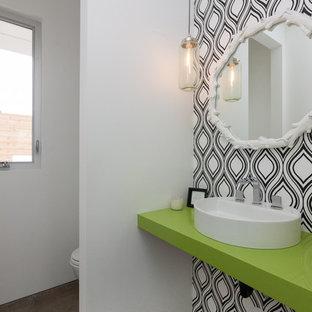 Diseño de aseo contemporáneo con lavabo sobreencimera, paredes blancas, suelo de cemento, suelo marrón y encimeras verdes