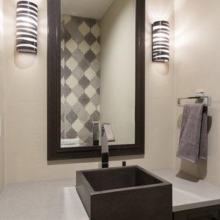 Esempio di un piccolo bagno di servizio classico con ante con riquadro incassato, piastrelle di cemento, pareti beige, lavabo a bacinella, top in superficie solida e ante grigie