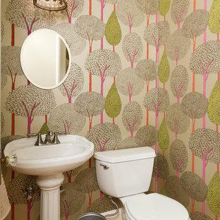Inspiration för små klassiska badrum, med ett piedestal handfat, en toalettstol med separat cisternkåpa, mellanmörkt trägolv och flerfärgade väggar