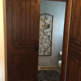 Esempio di un piccolo bagno di servizio rustico con WC a due pezzi, pareti grigie e pavimento in ardesia