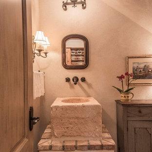 Idee per un piccolo bagno di servizio stile rurale con consolle stile comò, ante grigie, WC monopezzo, piastrelle multicolore, pareti beige, pavimento in terracotta, top piastrellato e lavabo a bacinella