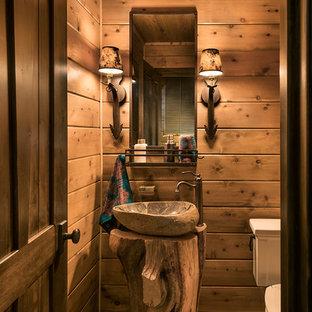 На фото: маленькие туалеты в стиле рустика с раздельным унитазом, полом из сланца, настольной раковиной и столешницей из дерева