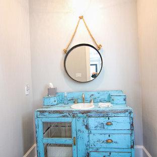 Foto de aseo romántico, pequeño, con puertas de armario con efecto envejecido, paredes grises, suelo de madera oscura, lavabo encastrado y encimera de madera