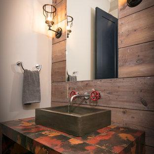 Идея дизайна: туалет в стиле кантри с настольной раковиной и столешницей из меди