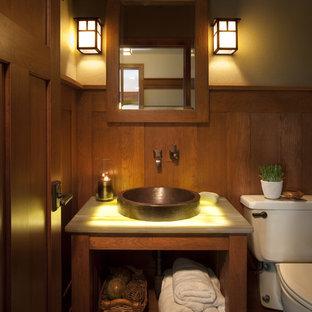 Idee per un piccolo bagno di servizio stile americano con nessun'anta, pareti marroni, lavabo a bacinella, top in onice e WC a due pezzi