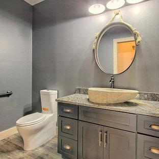 Свежая идея для дизайна: туалет среднего размера в стиле кантри с фасадами с утопленной филенкой, черными фасадами, унитазом-моноблоком, черными стенами, полом из винила, настольной раковиной, столешницей из гранита, черным полом и разноцветной столешницей - отличное фото интерьера