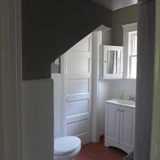 Immagine di un piccolo bagno di servizio stile americano con ante con bugna sagomata, ante bianche, piastrelle bianche, piastrelle in ceramica, pareti grigie e pavimento in terracotta